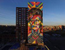 Un grafiti del artista brasileño Eduardo Kobra en Nueva Jersey, en el que retrata al fallecido músico británico David Bowie. (Foto Prensa Libre: EFE)