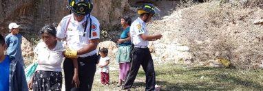 Bomberos auxilian a una de las mujeres que resultó herida al derrumbarse una cueva en Jalapa. (Foto Prensa Libre: Hugo Oliva).