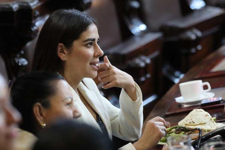 La diputada Patricia Sandoval degusta chicharrones dentro del pleno del Congreso de la República.