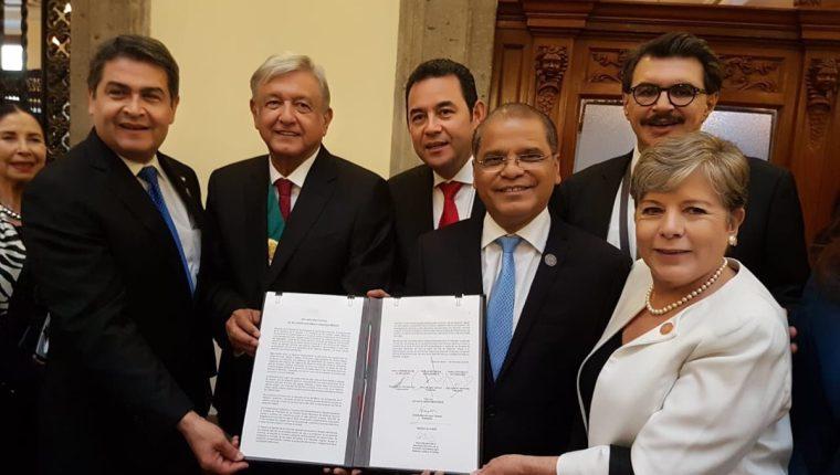 El documento fue firmado por el presidente de Guatemala, Jimmy Morales; de Honduras, Juan Orlando Hernández, el vicepresidente de El Salvador, Óscar Samuel Ortiz y el presidente de México, Andrés Manuel López Obrador. (Foto Prensa Libre: Cancillería)