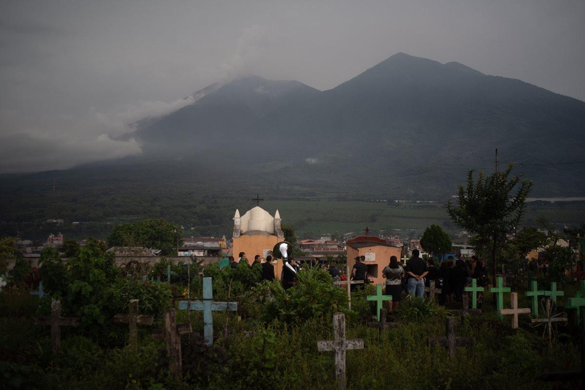 Pobladores asisten al entierro de varias de las víctimas del Volcán de Fuego en San Juan Alotenango, Guatemala. (Foto Prensa Libre: EFE)