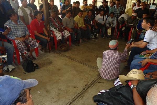 Autoridades de Santiago Atitlán y Chicacao dialogan para despejar dudas sobre proyecto.