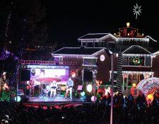 Miles de familias quetzaltecas presencian el encendido de miles de luces en la casa El Encanto de la familia Cifuentes, en la zon 7 de Xela. (Foto Prensa Libre: Mynor Toc)