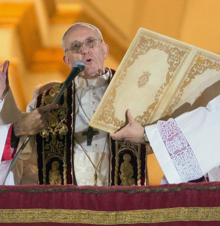 El Papa Francisco da su primera bendición a los fieles congregados en la Plaza de San Pedro del Vaticano el 13 de marzo de 2013. (Foto: EFE)