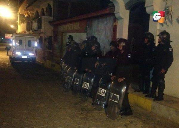 Un contingente antidisturbios de la PNC permanecen en San Mateo, donde pobladores piden que se retire del lugar a las fuerzas de seguridad. (Foto Prensa Libre: Guatevisión)