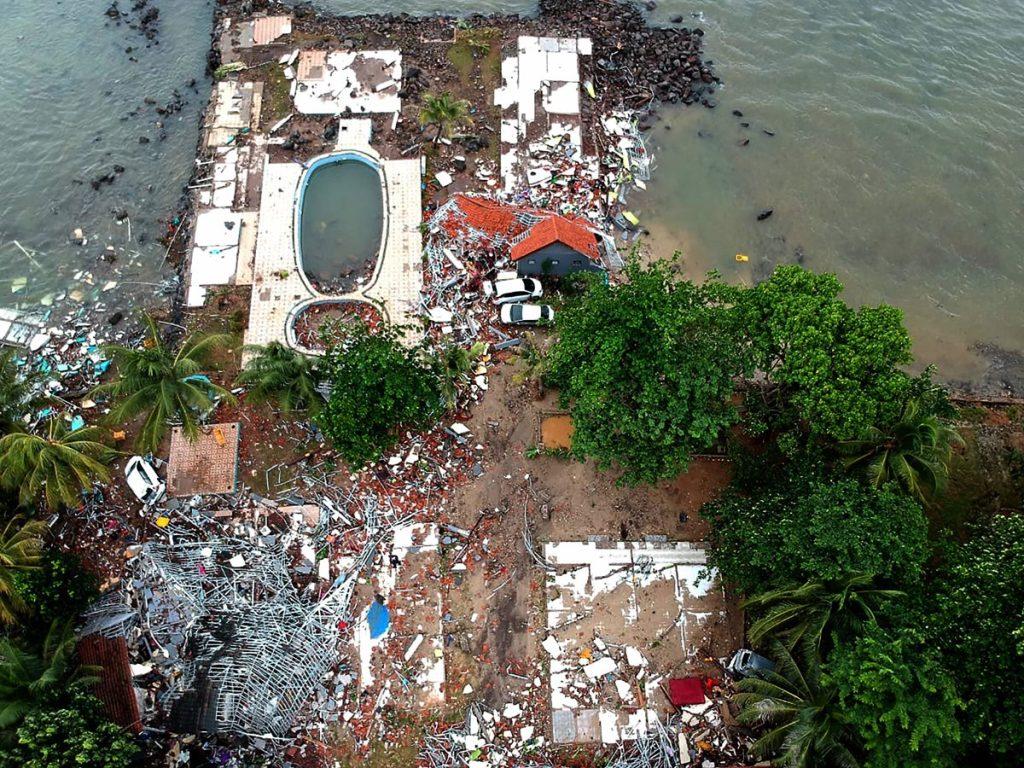 Esta toma panorámica muestra edificios dañados en Carita, tras el tsunami ocasionado por la erupción del volcán Anak Krakatoa, y el fuerte oleaje que provocó la luna llena de anoche.