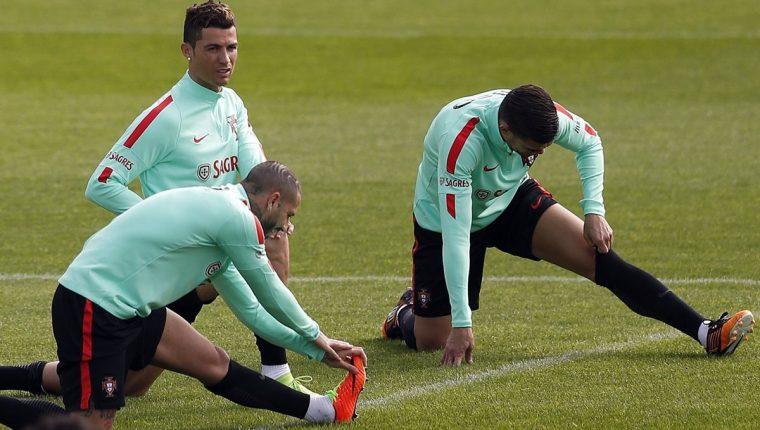 Cristiano Ronaldo durante el entrenamiento de este lunes con la selección de Portugal. (Foto Prensa Libre: EFE)
