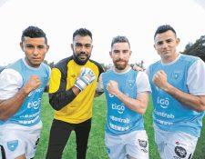Los seleccionados nacionales festejan el levantamiento de la suspensión del futbol guatemalteco. (Foto Prensa Libre: Hemeroteca PL)