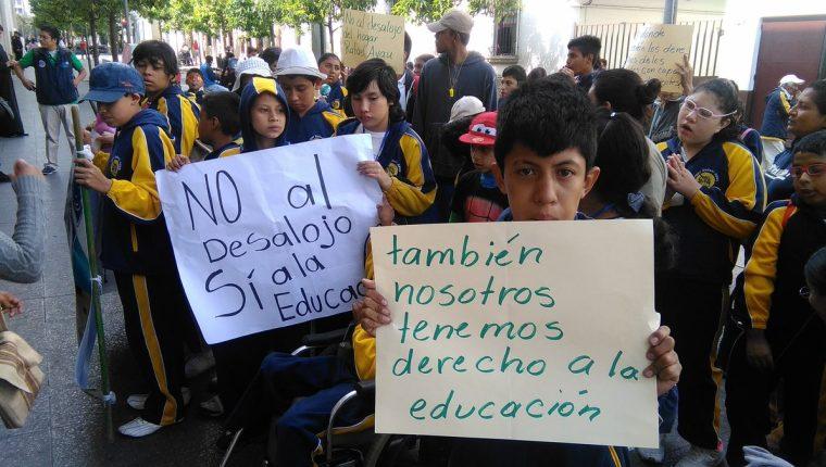 Niños de la Escuela de Educación Especial protestan frente a la Casa Presidencial para exigir ser escuchados por autoridades. (Foto Prensa Libre: Oscar García).