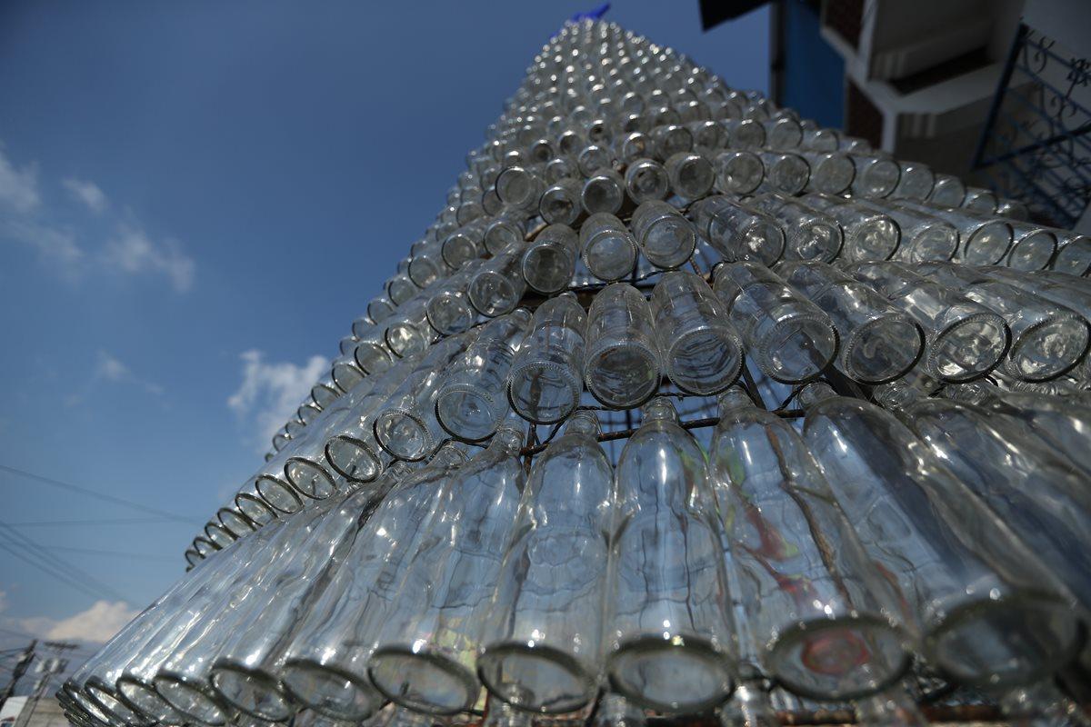 Árbol elaborado con tres mil botellas recicladas iluminará El Milagro