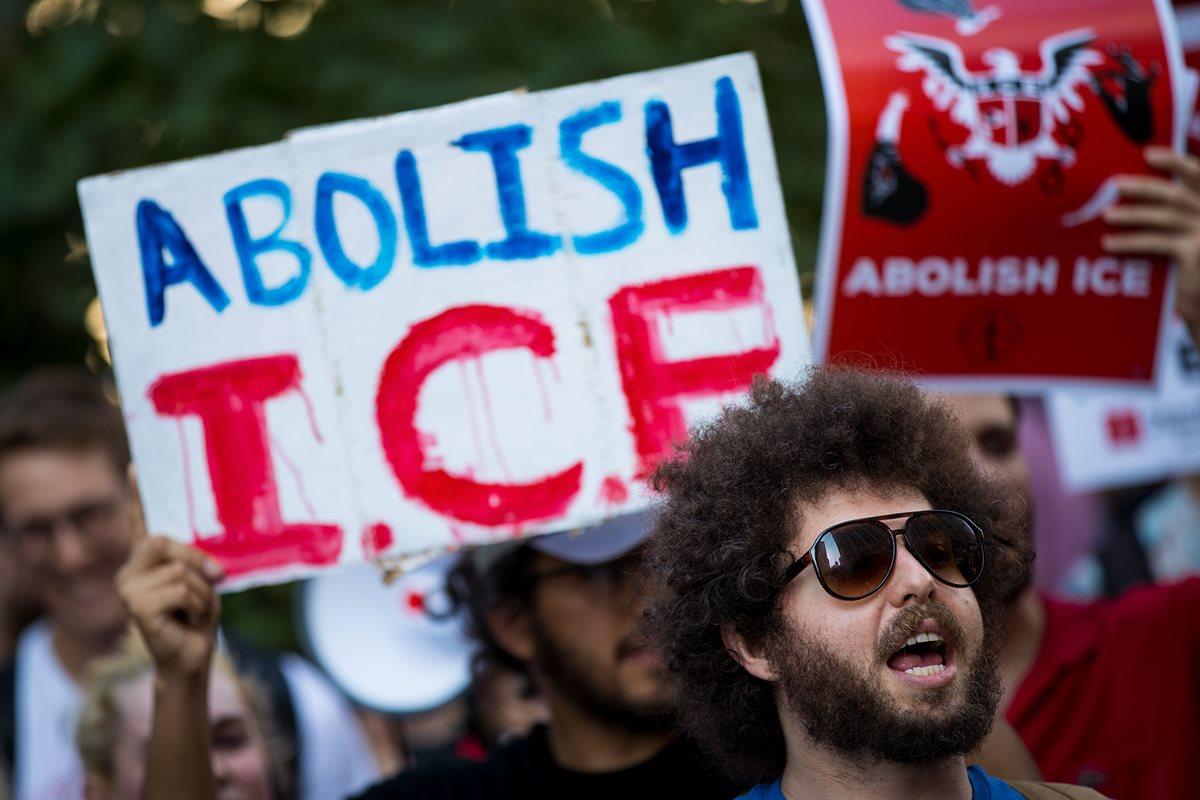 Activistas se manifiestan contra las estrategias del Servicio Inmigración y Aduanas (ICE) y las políticas de inmigración de Trump.(AFP)