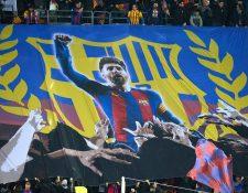 Los aficionados del Barcelona mostraron su admiración a Leo Messi con una impresionante manta. (Foto Prensa Libre: AFP)