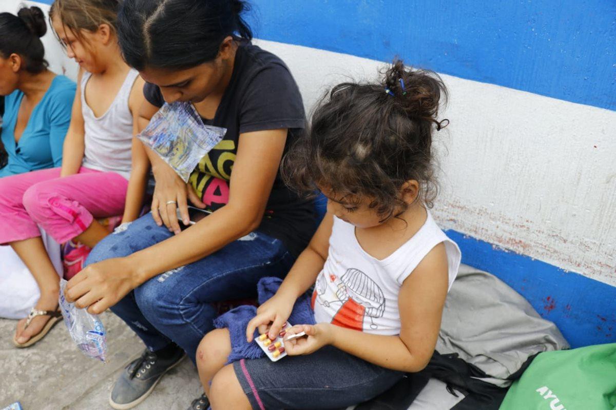 Las condiciones de salud se complican para niños y adultos hondureños que buscan cruzar la frontera con México (Foto Prensa Libre: Rolando Miranda)