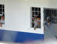 Reclusos del Centro Juvenil Etapa 2, mantienen detenidos a monitores. (Foto Prensa Libre: Érick Ávila)