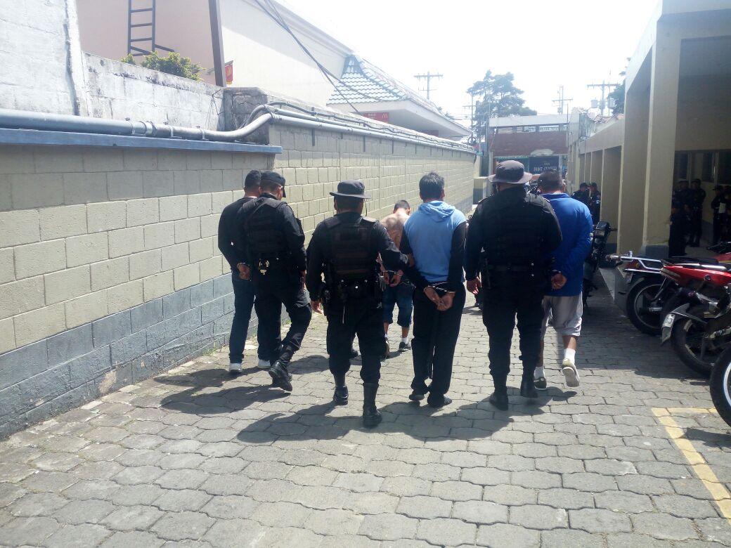 A los detenidos se les incautaron armas de fuego, según la Policía Nacional Civil (Foto Prensa Libre: PNC)
