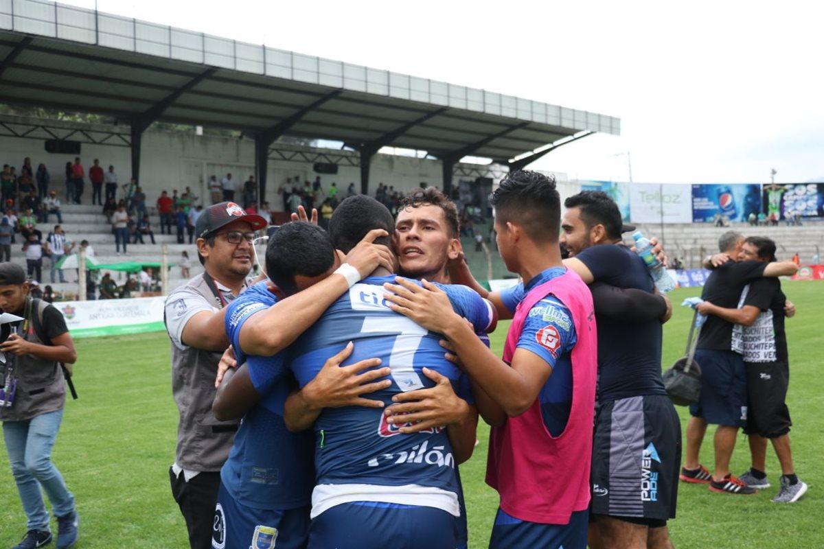 Los jugadores de Suchitepéquez celebran con lágrimas la victoria en el estadio Pensativo frente a Antigua GFC. (Foto Prensa Libre: Renato Melgar)