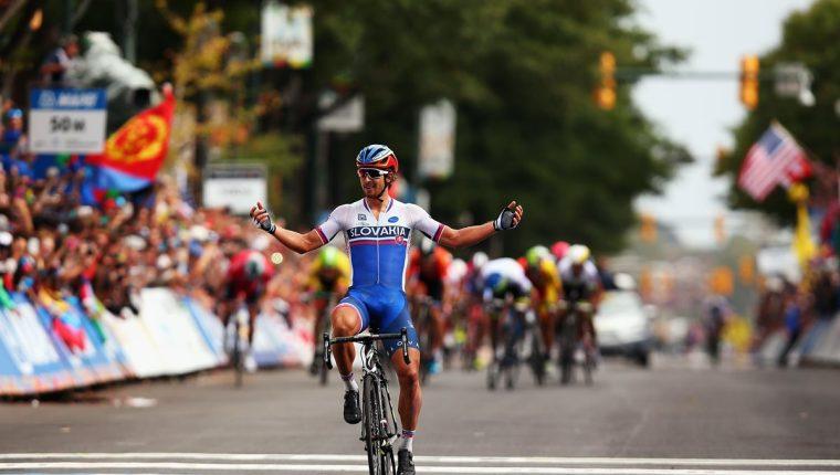 Peter Sagan levanta los brazos en señal de triunfo al ingresar a la meta en Virginia. (Foto Prensa Libre: AFP)