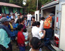 Socorristas brindan auxilio a personas heridas en un ataque armado en Coatepeque, Quetzaltenango. (Foto Prensa Libre: Bomberos Voluntarios)