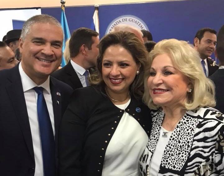 El embajador de Israel en Guatemala, Mattanya Cohen, y la canciller Sandra Jovel junto a la empresaria Nily Falic. Atrás, el presidente Jimmy Morales. (Foto: Prensa Libre).