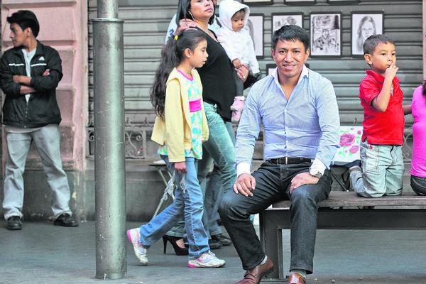 Marcos Antil disfrutó al máximo la sesión  fotográfica en el Paseo de La Sexta. Lo que más le gustó: estar entre tanta gente y sentirse un guatemalteco más. (Foto Prensa Libre: Esbín García)