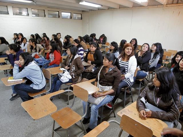Este año se graduarán mil 700 maestros en Educación de la Universidad de San Carlos, quienes ingresarían a trabajar en el Ministerio de Educación. (Foto Prensa Libre: Hemeroteca PL)