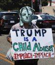 Un manifestante participa en una marcha y mitin contra la separación de familias inmigrantes frente al centro de detención del Servicio de Inmigración y Control de Aduanas (ICE) de Los Ángeles, California.(AFP)