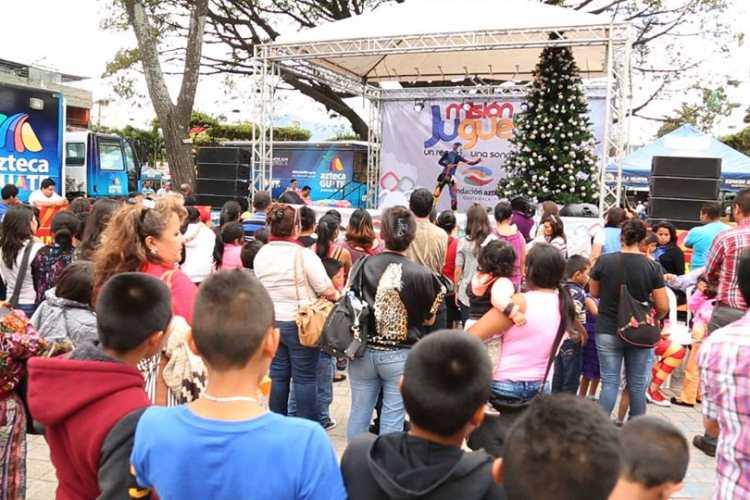 Niños disfrutan del show navideño