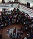 Un grupo de estudiantes de derecho en la asamblea donde la comunidad universitaria desconoció al Subcomite de Huelga de Dolores. (Prensa Libre Foto: Sergio Lima)