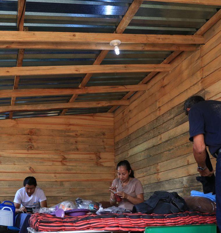 Los Atus no cuentan con energía eléctrica, solo tienen una bombilla alimentada por un panel solar. (Foto Prensa Libre: Enrique Paredes)