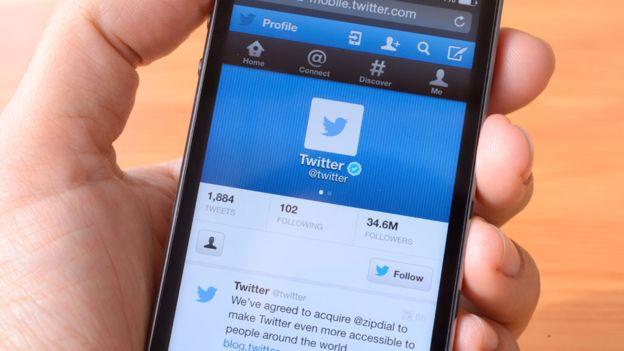 Twitter te obliga a realizar una acción manual para ver mensajes nuevos, algo que se torna adictivo. (ISTOCK).