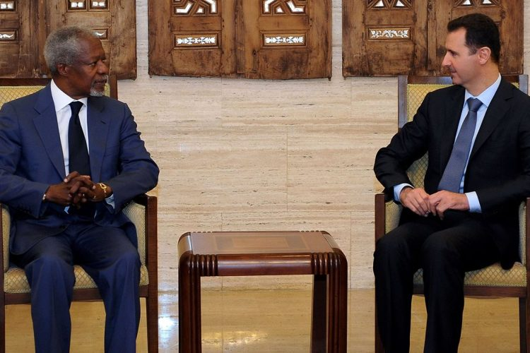 El presidente Sirio, Bashar al-Assad, se reúne con Kofi Annan, en Damasco, el 9 de julio de 2012.