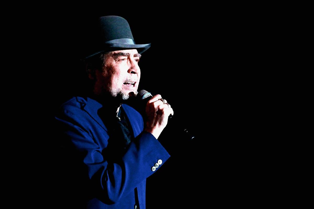 El cantante español Joaquín Sabina se presentó durante el concierto de su gira latinoamericana 500 noches para una crisis. (Foto Prensa Libre: EFE)