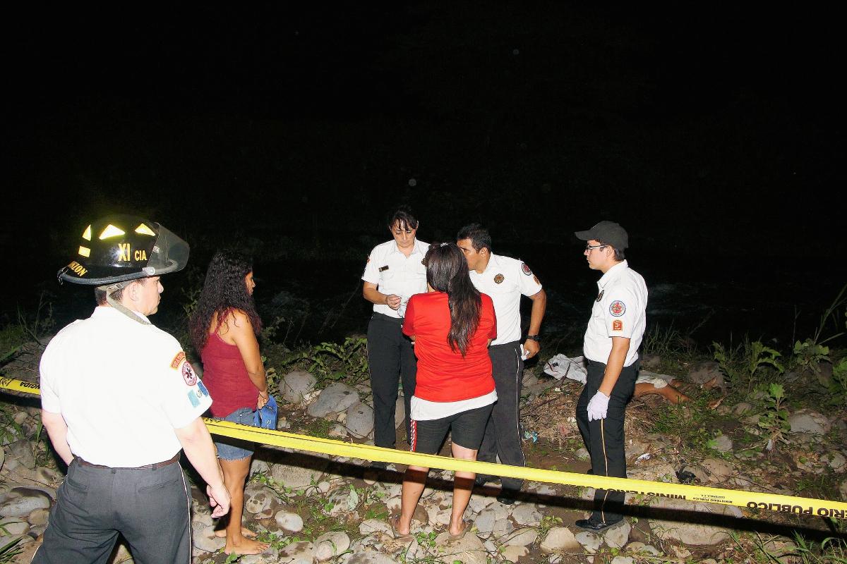 Rescatistas y vecinos participaron en la búsqueda y rescate del cadáver. (Foto Prensa Libre: Rolando Miranda)