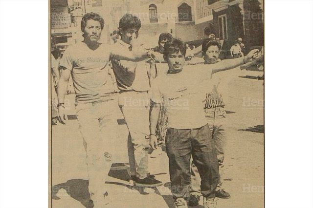 """Cambistas o """"jaladores"""" ofrecen dólares en las cercanías de Correos, zona 1, en los años 1980. (Foto: Hemeroteca PL)"""