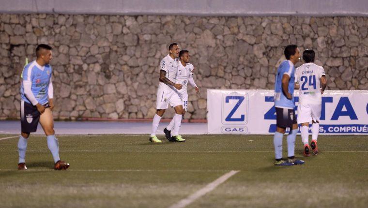 Así festejaron los jugadores cremas el gol de Jorge Vargas. (Foto Prensa Libre: Francisco Sánchez)