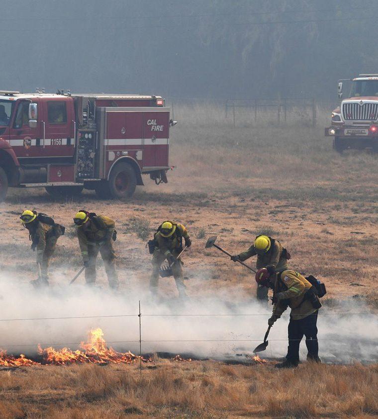 Los bomberos combaten los incendios forestales en la ciudad de Lakeport, California. (AFP)