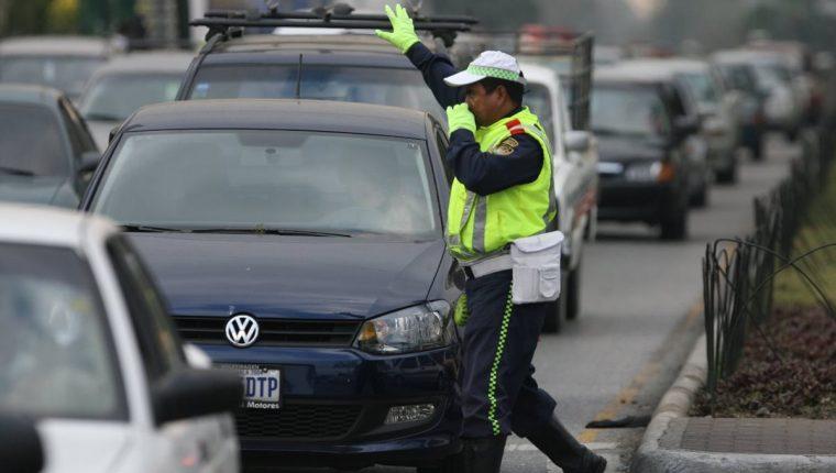 Un agente de la PMT regula el tránsito en una calle de la capital. (Foto Hemeroteca PL)
