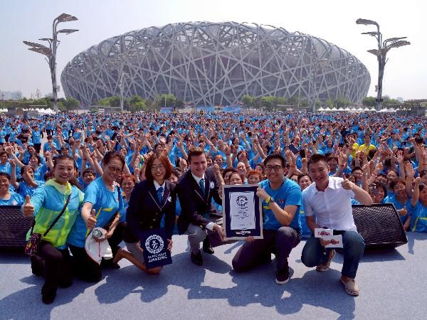 Bailarines posan con funcionarios de Guinness World Records en Pekín.(AP).