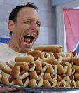 Joey Chestnut, actual campeón de la fiesta del hot dog, en Nueva York. (Foto Prensa Libre: AP)
