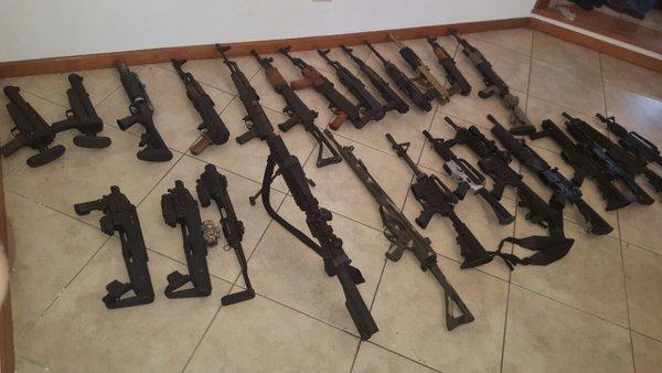 Más de 20 Fusiles M-16 y AK-47 que pertenecen a un grupo del narcotráfico fueron encontrados en una vivienda ubicada en la ruta El Salvador. (Foto Prensa Libre: Ministerio Público)