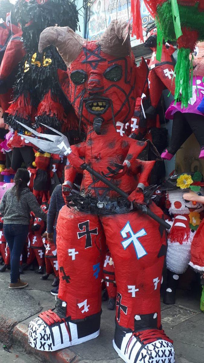 Un diablo gigante se vende en una piñatería del parque Colón de zona 1 de la capital. (Foto Prensa Libre: Eslly Melgarejo)