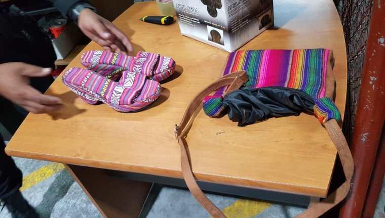 En estos zapatos estaba escondida la droga. (Foto Prensa Libre: PNC)