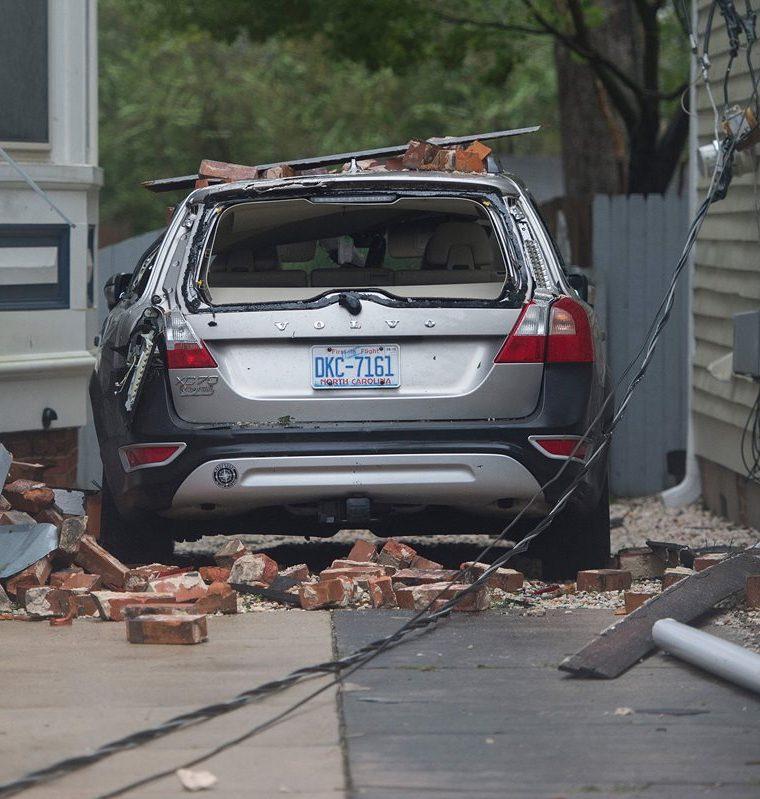 Un carro destruido por la caída de blocs y ladrillos que dejó el paso del huracán Florence. (Foto Prensa Libre: AFP)