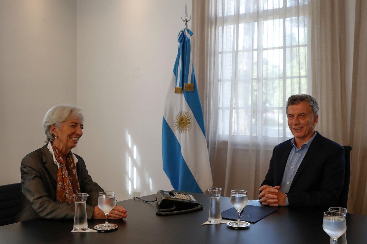 El presidente de Argentina, Mauricio Macri, se reúne con la directora gerente del FMI, Christine Lagarde, en la residencia presidencial de Olivos en Olivos, Buenos Aires. (Foto Prensa Libre: AFP)