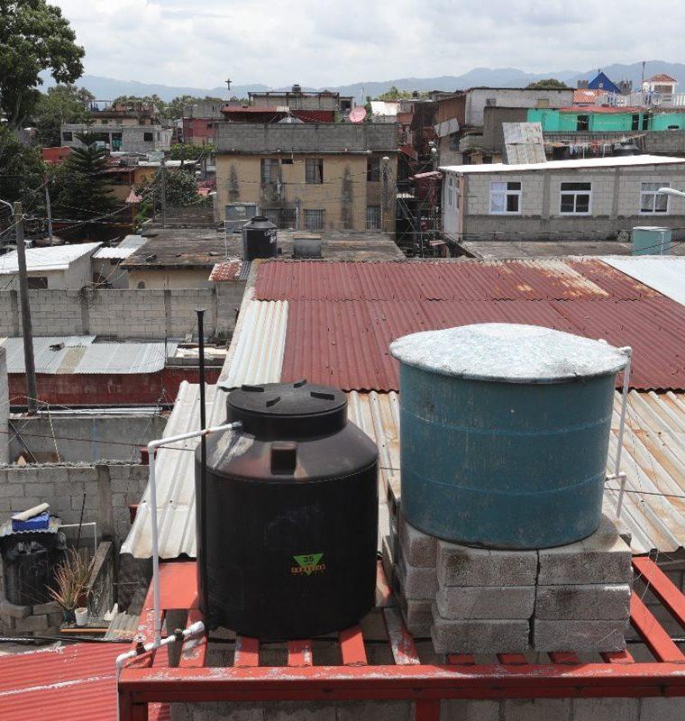 La mayoría de las casas en la colonia Venezuela, zona 21, tienen tinacos para almacenar agua, debido a la escasez. (Foto Prensa Libre: Estuardo Paredes)