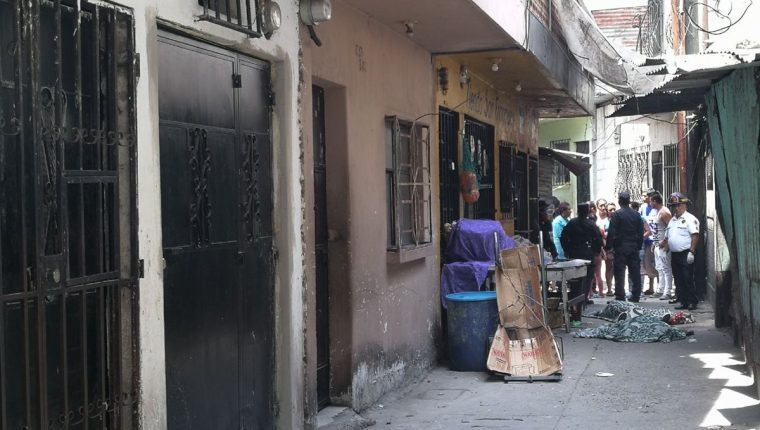 Callejón donde murieron baleadas dos hermanas en la zona 7. Foto Prensa Libre: Estuardo Paredes.