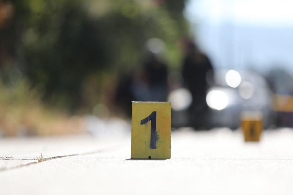 El hombre murió tras recibir cinco balazos cuando caminaba en una de las calles de San Miguel Petapa. (Foto Prensa Libre: Érick Ávila)
