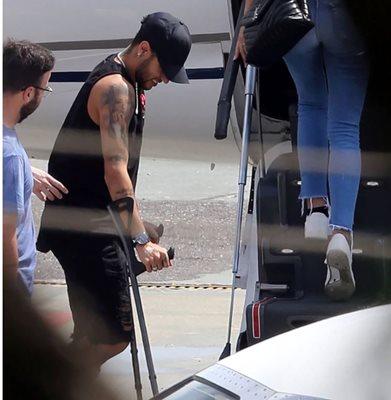 Neymar se apoya en muletas a su salida del hospital. (Foto Prensa Libre: Twitter)