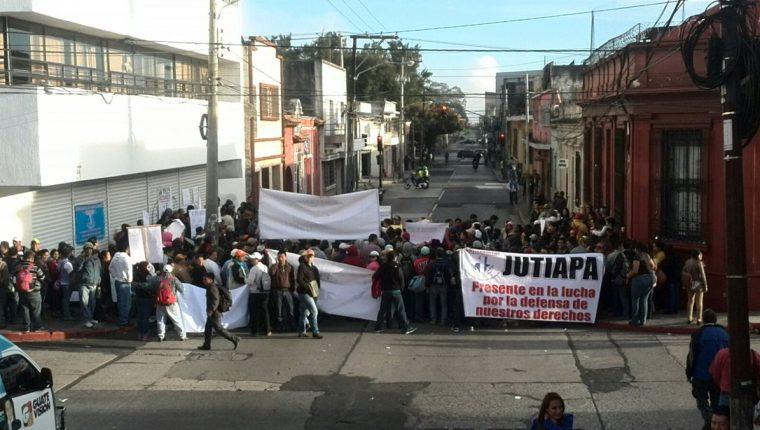 Extrabajadores del Mides exigen su reinstalación y la renuncia de la ministra Norma Quixtán. (Foto Prensa Libre: Erick Ávila)