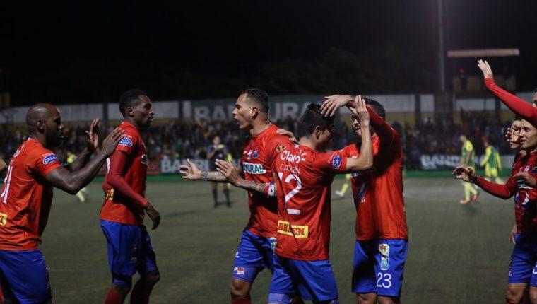 Municipal jugó uno de sus mejores partidos del torneo y se quedó con el boleto hacia la final. (Foto Prensa Libre: Edwin Fajardo)
